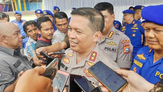 Kapolda Riau Irjen Agung Setya memberi keterangan penanganan tahanan kabur di Polsek Pangkalan Kerinci, Kabupaten Pelalawan. (Liputan6.com/M Syukur)