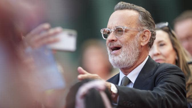 Aktor Tom Hanks berbicara kepada penggemar di karpet merah di pemutaran perdana
