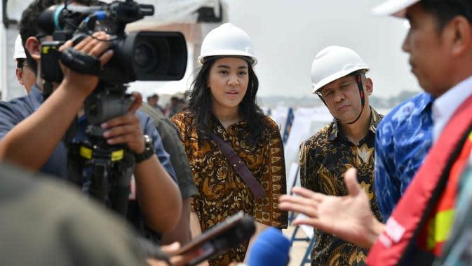 Staf Khusus Presiden, Putri Indahsari Tanjung, serta Menteri Koperasi dan UMKM Teten Masduki mendampingi Jokowi saat kunjungan kerja di Subang. (Laily Rachev/Biro Pers Sekretariat Presiden)