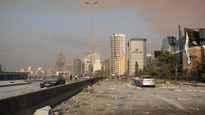 Setelah ledakan dahsyat di Beirut, Lebanon, Selasa (4/8/2020). Ledakan dahsyat yang menjadi pusat perhatian dunia tersebut mengakibatkan sedikitnya 73 orang tewas dan ribuan lainnya luka-luka. (AP Photo/Hassan Ammar)