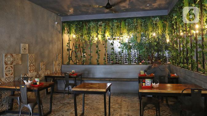 Pengunjung menikmati makanan di restoran Bebek Kaleyo, Kemanggisan, Jakarta, Senin (12/10/2020). Pada penerapan kembali masa PSBB Transisi Jakarta, restoran dan cafe diperbolehkan melakukan pelayanan makan di tempat dengan protokol kesehatan yang ketat. (Liputan6.com/Herman Zakharia)