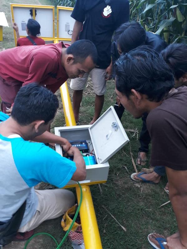 Unsoed meluncurkan penerapan teknologi pertanian tepat guna dengan memanfaatkan tenaga matahari sebagai penggerak mesin pompa air di lahan pertanian Desa Wlahar Wetan, Banyumas. (Liputan6.com/Unsoed/Muhamad Ridlo)