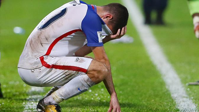 Gelandang Amerika Serikat, Christian Pulisic, tampak kecewa usai kalah dari Trinidad Tobago pada laga kualifikasi Piala Dunia di Stadion Ato Boldon, Selasa (10/10/2017). Trinidad dan Tobago menang 2-1 atas Amerika Serikat. (AFP/Ashley Allen)