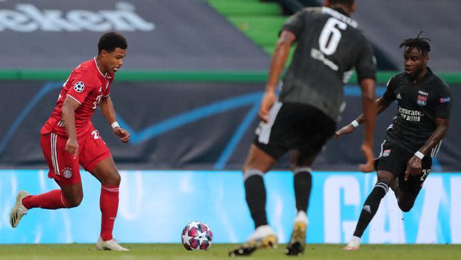 Gelandang Bayern Munchen, Serge Gnabry, berusaha melewati pemain Olympique Lyon pada semifinal Liga Champions 2019/2020 di Estadio Jose Alvalade, Kamis (20/8/2020) dini hari WIB. Bayern Munchen menang 3-0 atas Lyon. (AFP/Miguel A. Lopes/pool)