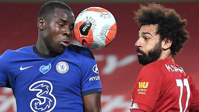 Gelandang Liverpool, Mohamed Salah, berebut bola dengan bek Chelsea, Kurt Zouma, pada laga lanjutan Premier League pekan ke-37 di Stadion Anfield, Kamis (23/7/2020) dini hari WIB. Liverpool menang 5-3 atas Chelsea. (AFP/Laurence Griffiths/pool)
