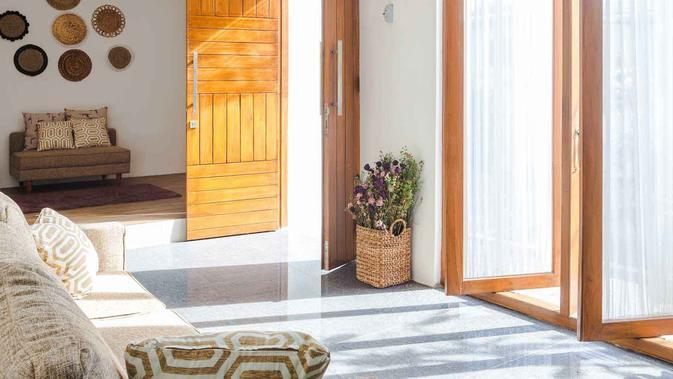Desain pintu dan jendela kayu di rumah mungil karya Ruangan Asa. (dok. Ruangan Asa/Arsitag)