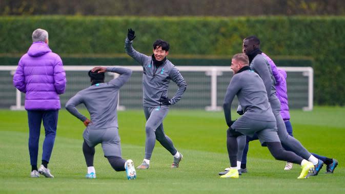 Pemain Tottenham Hotspur Son Heung-min (tengah) berlatih bersama rekan-rekannya saat Manajer Jose Mourinho (kiri) mengawasi mereka jelang menghadapi Olympiakos pada matchday kelima Grup B Liga Champions di London, Inggris, Senin (25/11/2019). (Tess Derry/PA via AP)