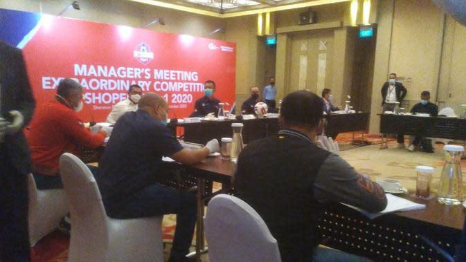 Pertemuan PT LIB dengan dalam rapat manajer (managers meeting) klub Liga 1 2020 di Hotel Sheraton, Kota Bandung, Senin (21/9/2020). (Liputan6.com/Huyogo Simbolon)