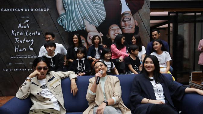Sama seperti awal tahun 2019 lalu, filmnya yang berjudul Keluarga Cemara juga jadi film Box Office pertama di tahun tersebut. Hebatnya lagi, Angga berkolaborasi dengan sang istri, Anggia Kharisma dalam proses pembuatan kedua filmnya itu. (Bambang E.Ros/Fimela.com)