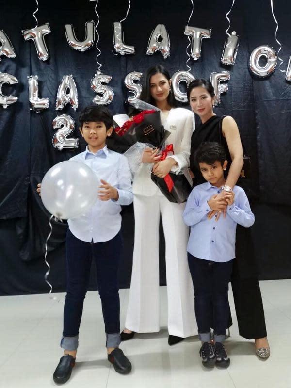 Potret akrab Bunga dengan dua anak dan putri sambungnya. Potret ini dibagikan bintang sinetron usia 33 tahun itu pada acara kelulusan tahun 2019 silam. (Sumber: Instagram/bungazainal05)