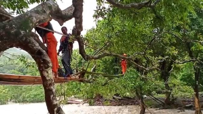 Tim Basarnas andalkan tali evakuasi warga Barru yang terisolir banjir ke tempat aman (Liputan6.com/ Eka Hakim)
