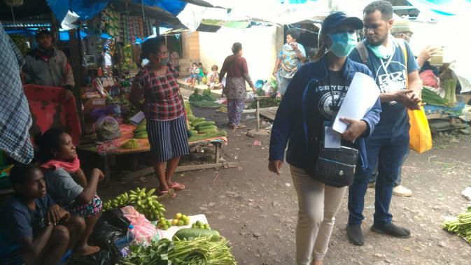 Papua Muda Inspiratif wilayah Manokwari di Papua Barat sengaja menyebarkan selebaran kepada penjual dan pembeli di sejumlah pasar tradisional di Manokwari (Liputan6.com/Papua Muda Inspiratif/Katharian Janur)