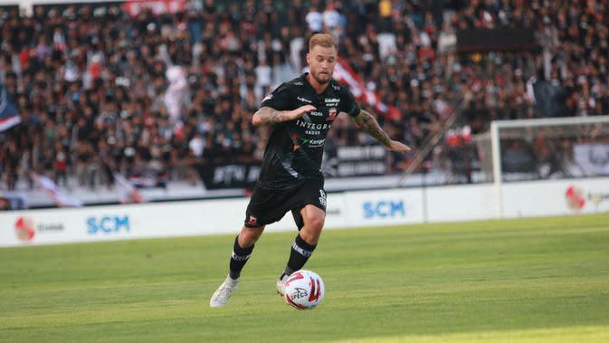 Gelandang asing Madura United, Jacob Pepper. (Bola.com/Permana Kusumadijaya)