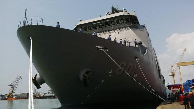 Kapal perang angkut tersebut mampu mengangkut 500 personel sekali berlayar dan satu helikopter. (Liputan6.com/Dian Kurniawan)