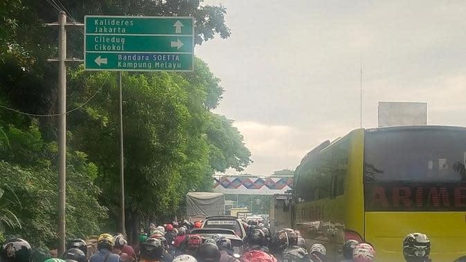 Macet parah akibat jalan ambles di Daan Mogot. (Pramita/Liputan6.com)
