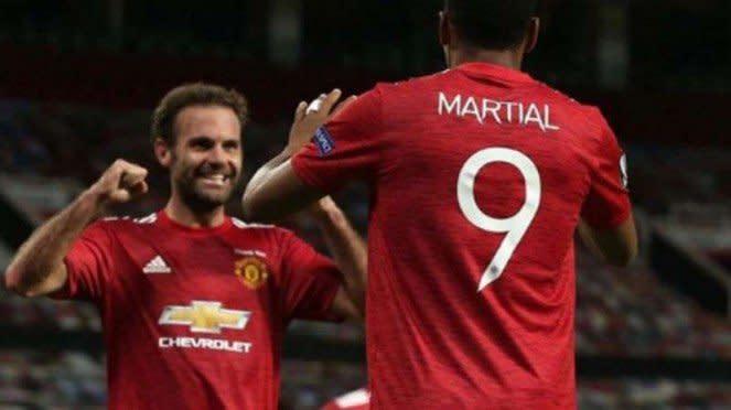 Pemain Manchester United rayakan gol.