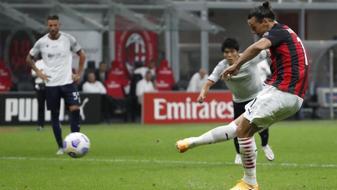 Pemain AC Milan Zlatan Ibrahimovic mencetak gol lewat titik penalti ke gawang Bologna pada pertandingan Serie A di Stadion San Siro, Milan, Italia, Senin (21/9/2020). AC Milan menaklukkan Bologna 2-0. (AP Photo/Antonio Calanni)