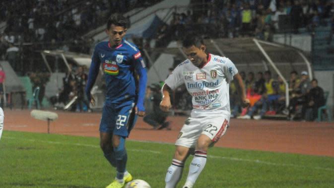 Bek Bali United, Dias Angga Putra (kanan) mencoba menguasai bola dari kejaran striker PSIS Semarang, Hari Nur Yulianto dalam laga di Stadion Moch Soebroto, Magelang, Jumat (15/11/2019). (Bola.com/Vincentius Atmaja)