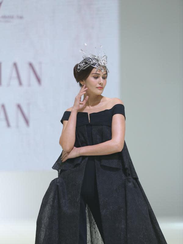 Koleksi Sebastian Gunawan di penutupan IPMI Trend Show 2020.