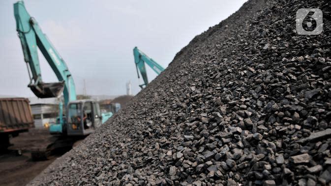 Aktivitas pekerja saat mengolah batu bara di Pelabuham KCN Marunda, Jakarta, Minggu (27/10/2019). Berdasarkan data ICE Newcastle, ekspor batu bara Indonesia menurun drastis 33,24 persen atau mencapai 5,33 juta ton dibandingkan pekan sebelumnya 7,989 ton. (merdeka.com/Iqbal S Nugroho)