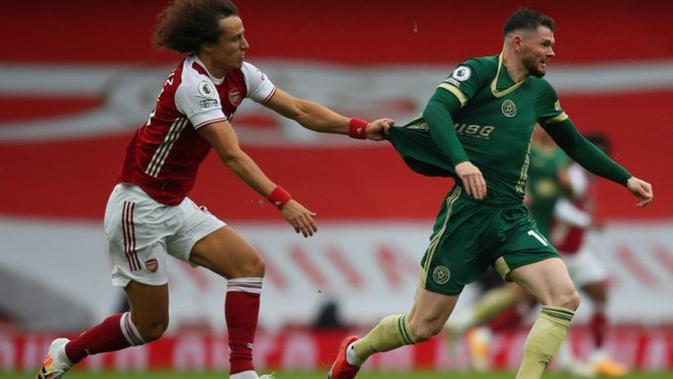 Bek Arsenal David Luiz menarik seragam penggawa Sheffield United Oliver Burke pada laga Liga Inggris di di Emirates Stadium, Minggu (4/10/2020). (Twitter Sheffield United)