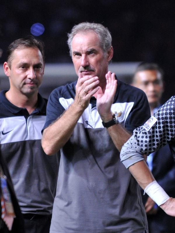 Pelatih Timnas Indonesia Alfred Riedle usai menghadapi Malaysia pada final Suzuki Cup 2010 di Jakarta, Indonesia, 29 Desember 2010. Kabar wafatnya Alfred Riedl dikonfirmasi mantan asisten pelatih Timnas, Wolfgang Pikal. (AFP PHOTO/ADEK BERRY)