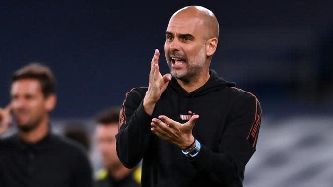 Pelatih Manchester City, Pep Guardiola, memberikan arahan kepada pemainnya saat memghadapi Bournemouth pada laga babak ketiga Piala Liga Inggris di Etihad Stadium, Jumat (25/9/2020) dini hari WIB. Manchester City menang 2-1 atas Bournemouth. (AFP/Laurence Griffiths/pool)