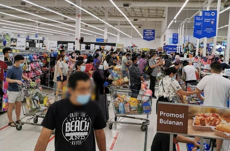 Crowds waiting at Tesco Puchong's check-out counters. Photo: Steventsh/Twitter