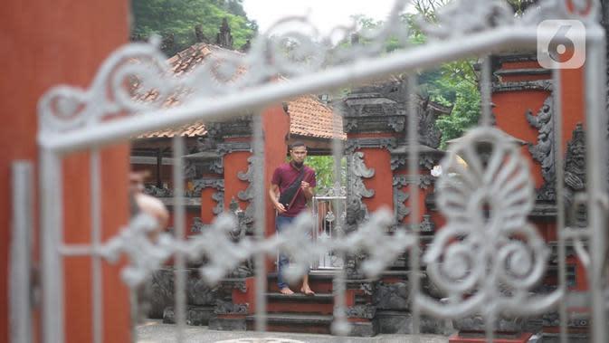 Aktivitas Umat Hindu di Pura Widya Dharma yang sepi di kawasan Cibubur, Jakarta Timur, Selasa (24/3/2020). Pembatasan aktivitas menjelang Hari Raya Nyepi tahun baru Saka 1942 dilakukan sesuai imbauan pemerintah untuk antisipasi penyebaran virus corona Covid-19. (Liputan6.com/Immanuel Antonius)
