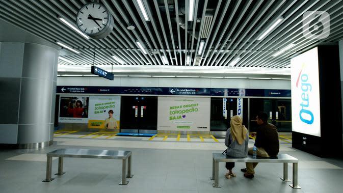 Calon penumpang menunggu MRT di Stasiun MRT Bundaran HI, Jakarta, Jumat (10/1/2020). PT MRT membagikan pin penumpang prioritas kepada lansia, ibu hamil, dan disabilitas fisik. (merdeka.com/Imam Buhori)