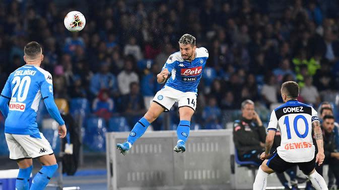 Penyerang Napoli, Dries Mertens menyundul bola saat menjamu Atalanta dalam laga pekan kesepuluh Liga Italia di Stadion San Paolo, Naples, Rabu (30/10/2019). Laga sengit Napoli vs Atalanta berakhir tanpa pemenang dengan skor 2-2. (Ciro Fusco/ANSA via AP)