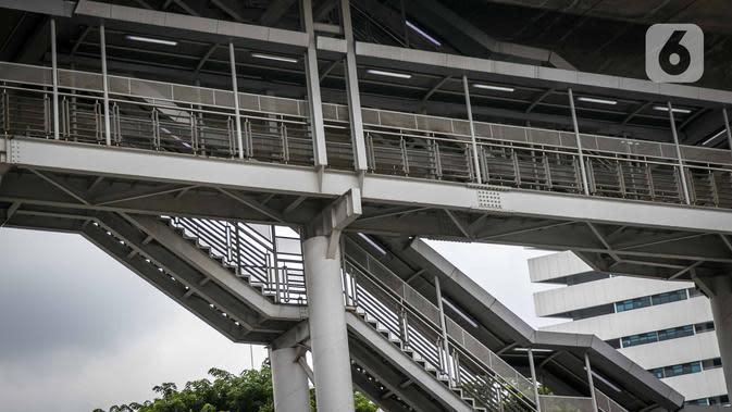 Tangga untuk akses menuju halte Transjakarta CSW di Jalan Sisingamangaraja, Jakarta, Rabu (15/1/2020). Pemprov DKI akan mendesain ulang halte ini untuk nantinya terintegrasi dengan MRT Stasiun ASEAN dan bus Transjakarta yang direncanakan berlangsung pada Januari 2020. (Liputan6.com/Faizal Fanani)