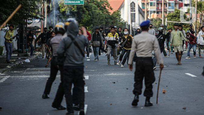 Sejumlah massa terlibat bentrok dengan aparat kepolisian di kawasan Pejompongan, Jakarta, Rabu (7/10/2020). Belum bisa dipastikan apakah aksi tersebut berkaitan dengan isu aksi penolakan pengesahan UU Omnibus Law Cipta Kerja. (Liputan6.com/Faizal Fanani)