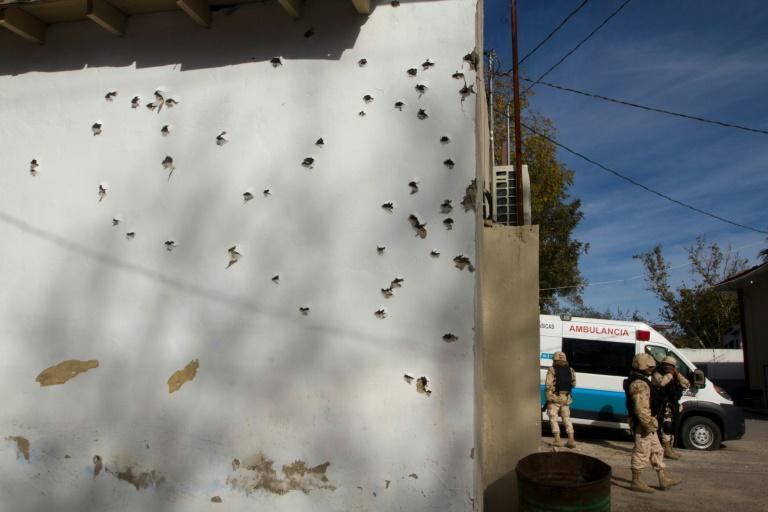 Mexican security forces are searching for the commando behind an attack on the authorities in Villa Union, a small city near the US border