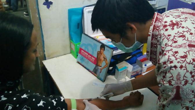 Seorang petugas puskesmas melakukan tes VCT secara gratis yang digelar di salah satu lembaga pendamping orang dengan HIV/AIDS di Kota Malang (Liputan6.com/Zainul Arifin)