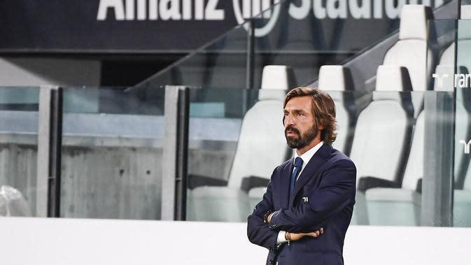 Pelatih Juventus, Andrea Pirlo, mengamati permainan anak asuhnya saat melawan Sampdoria pada laga Serie A di Stadion Allianz, Minggu (20/9/2020). Juventus menang dengan skor 3-0. (Marco Alpozzi/LaPresse via AP)