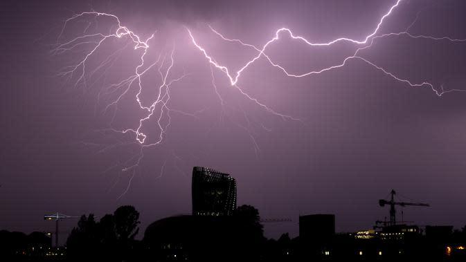 Cuaca Hari Ini: Jabodetabek Pagi Cerah Berawan, Malam Turun Hujan