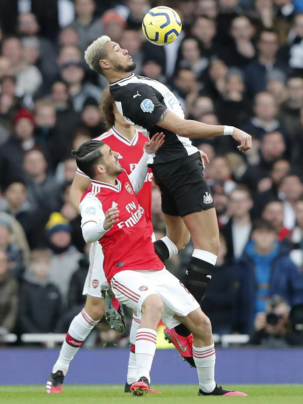 Pemain Newcastle, Joelinton mengontrol bola dari kawalan pemain Arsenal, Dani Ceballos pada pertandingan lanjutan Liga Inggris di Stadion Emirates di London, Minggu, (16/2/2020). Arsenal menang telak 4-0 atas Newcastle. (AP Photo/Frank Augstein)