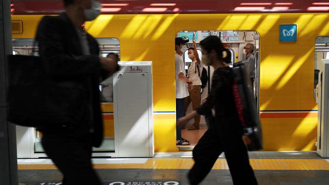 Orang-orang yang memakai masker untuk mencegah penyebaran virus corona COVID-19 berjalan di sebuah stasiun kereta api di Tokyo, Jepang, Kamis (2/7/2020). Jepang mengangkat darurat pandemi selama tujuh minggu pada akhir Mei. (AP Photo/Eugene Hoshiko)