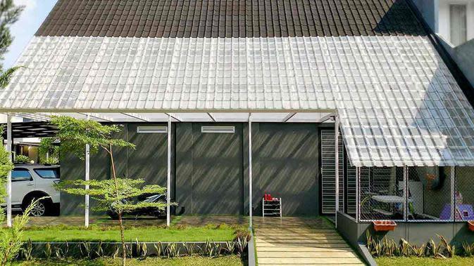 Teras samping di desain rumah industrial minimalis. (dok. Arsitag)