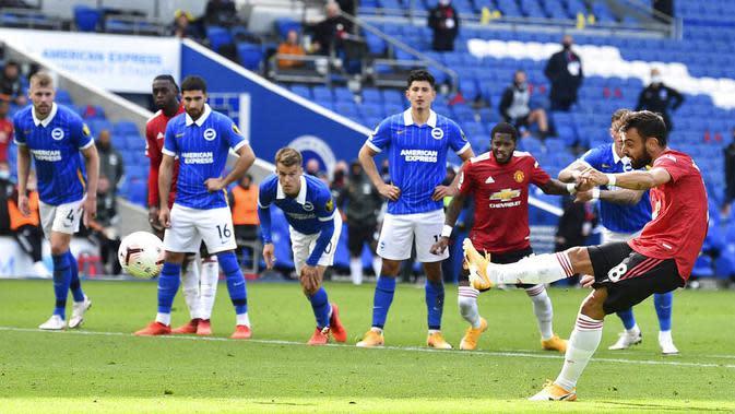 Pemain Manchester United, Bruno Fernandes, melepaskan tendangan penalti ke gawang Brighton Hove Albion pada laga Liga Inggris, Sabtu (26/9/2020). Setan Merah menang dengan skor 3-2. (Glyn Kirk/Pool via AP)