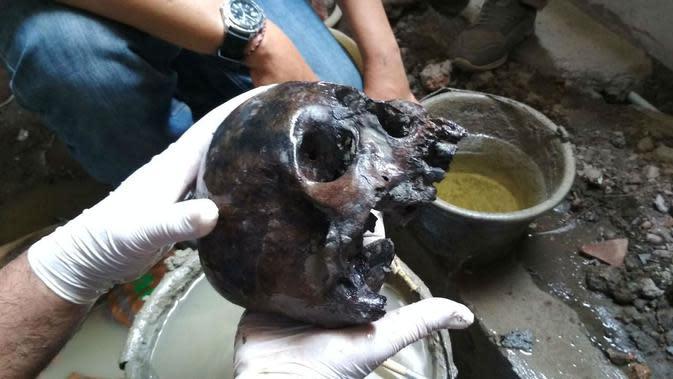 Penampkan tengkorak manusia bagian kepala disinyalir berusia 400 tahun. Foto (Liputan6,com / Panji Prayitno)