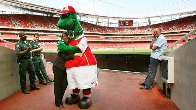 Maskot dinosaurus tersebut sudah setia menemani Arsenal sejak tahun 1993 silam. Bahkan sejak Arsene Wenger belum menjadi juru taktik di Meriam London tersebut. (AFP/Adrian Dennis)