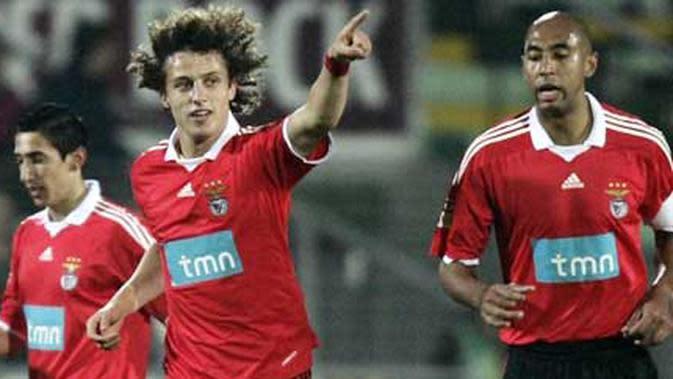 David Luiz (tengah) saat masih membela Benfica. (AFP PHOTO / PAULO CORDEIRO)