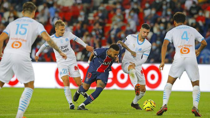 Penyerang Paris Saint-Germain (PSG), Neymar, berusaha melewati pemain Marseille pada laga Ligue 1 di di Stade de France, Senin (14/9/2020). PSG takluk 0-1 dari Marseille. (AP Photo/Michel Euler)