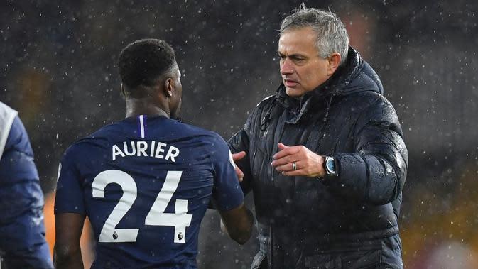 Manajer Tottenham Hotspur, Jose Mourinho, mempersilakan Serge Aurier untuk memutuskan apakah ingin bermain atau membutuhkan waktu berduka setelah adiknya tewas dalam pembunuhan. (AFP/Paul Ellis)