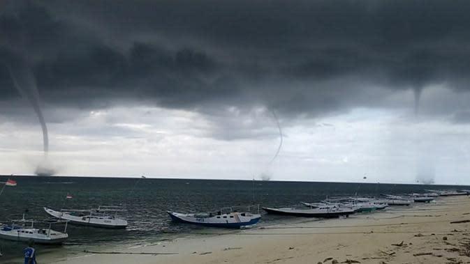 Fenomena waterspout saat muncul di laut Donggala pada Sabtu sore (14/3/2020). (Liputan6.com/Heri Susanto/Dok. Eko Adriansyah (warga Donggala)).