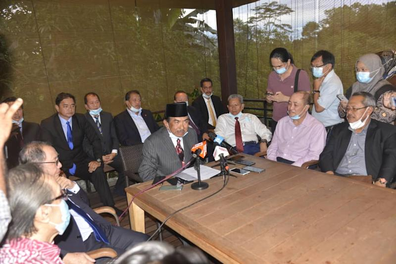 According to the filing sighted by Malay Mail, Tan Sri Musa Aman (centre) and the other 32 assemblymen in his camp claim the dissolution of the assembly was not in accordance with the requirements of the Sabah Constitution under Article 21 (2) and 7(1).