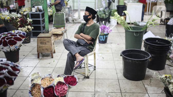 Pedagang bunga potong menunggu pembeli di Pasar Bunga Rawa Belong di Jakarta, Sabtu (23/5/2020). Menyambut Hari Raya Idul Fitri 1441 H, permintaan bunga potong untuk menghias rumah turun karena kurangnya minat masyarakat untuk keluar rumah disebabkan pandemi COVID-19. (Liputan6.com/Faizal Fanani)