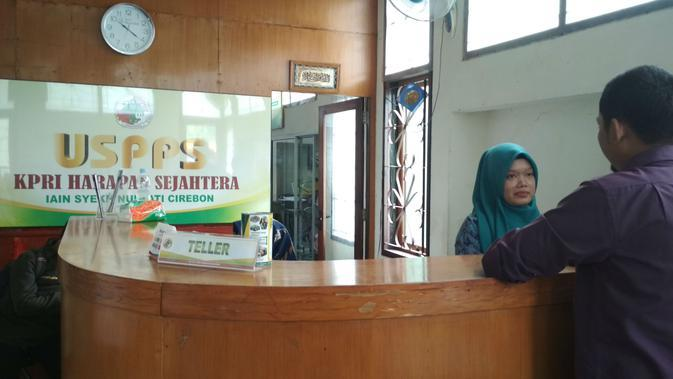 Suasana pelayanan anggota koperasi Harapan Sejahtera IAIN Syekh Nurjati Cirebon. Foto (Liputan6.com / Panji Prayitno)